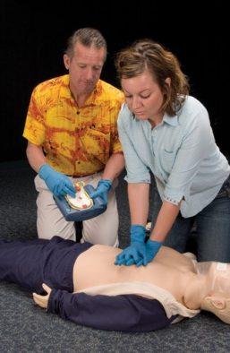 instructor-con-alumno-aprendiendo-rcp-y-dea